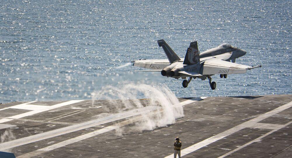 Um F/A-18E da Marinha dos EUA sendo lançado do porta-aviões USS Carl Vinson