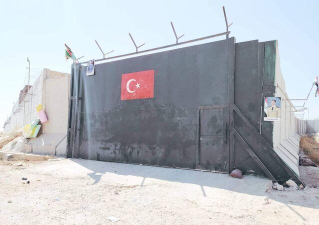 Portão de entrada de um dos postos de observação militar instalados pela Turquia em Idlib, na Síria