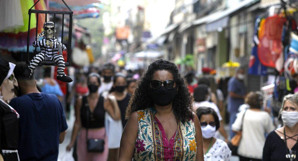 Pedestres usam máscaras protetoras em mercado de rua no Rio de Janeiro, 16 de setembro de 2020