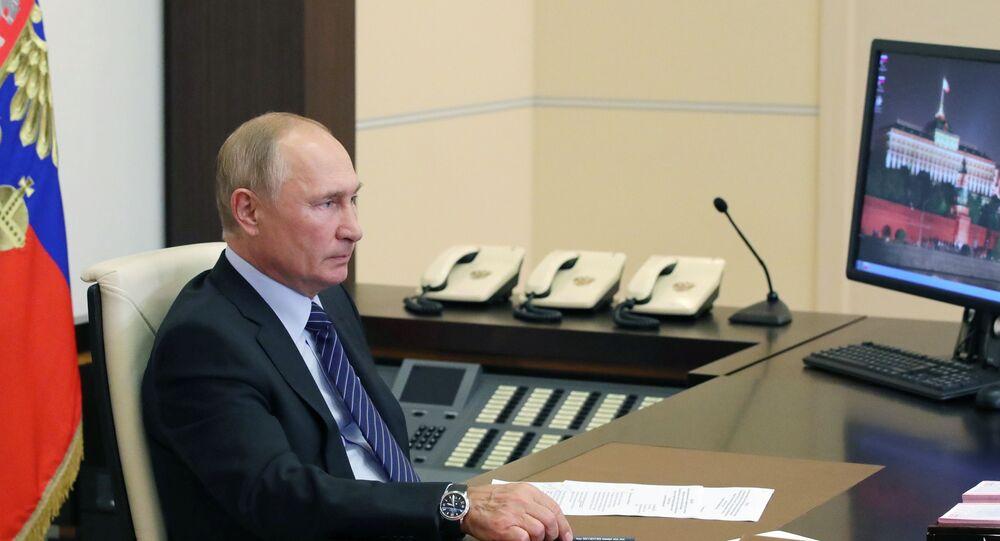 Presidente russo Vladimir Putin participa por videoconferência da inauguração de centros médicos do Ministério da Defesa para tratar pacientes com COVID-19