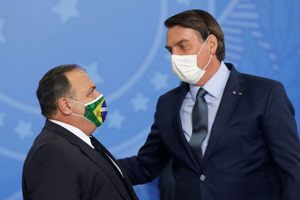 Presidente brasileiro Jair Bolsonaro saúda novo ministro da Saúde Eduardo Pazuello durante cerimônia no Palácio do Planalto, em Brasília, Brasil