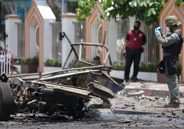 Policial investiga cena da explosão de carro-bomba na Tailândia (imagem referencial)