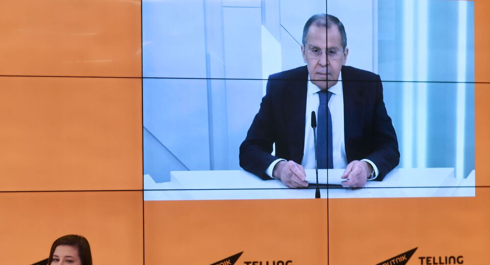 Chanceler russo Sergei lavrov durante entrevista com correspondentes da Sputnik