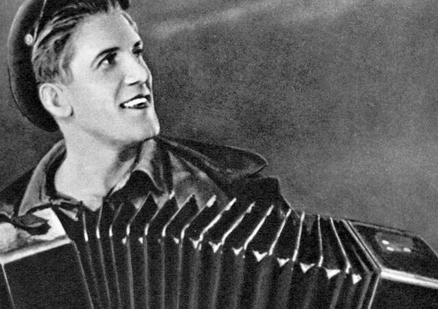 Ator Nikolai Kryuchkov toca acordeão em cena da comédia Tratoristas