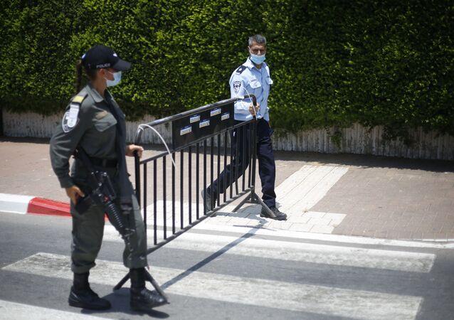 Policiais israelenses criam barreira durante restrições do lockdown contra o coronavírus em Israel