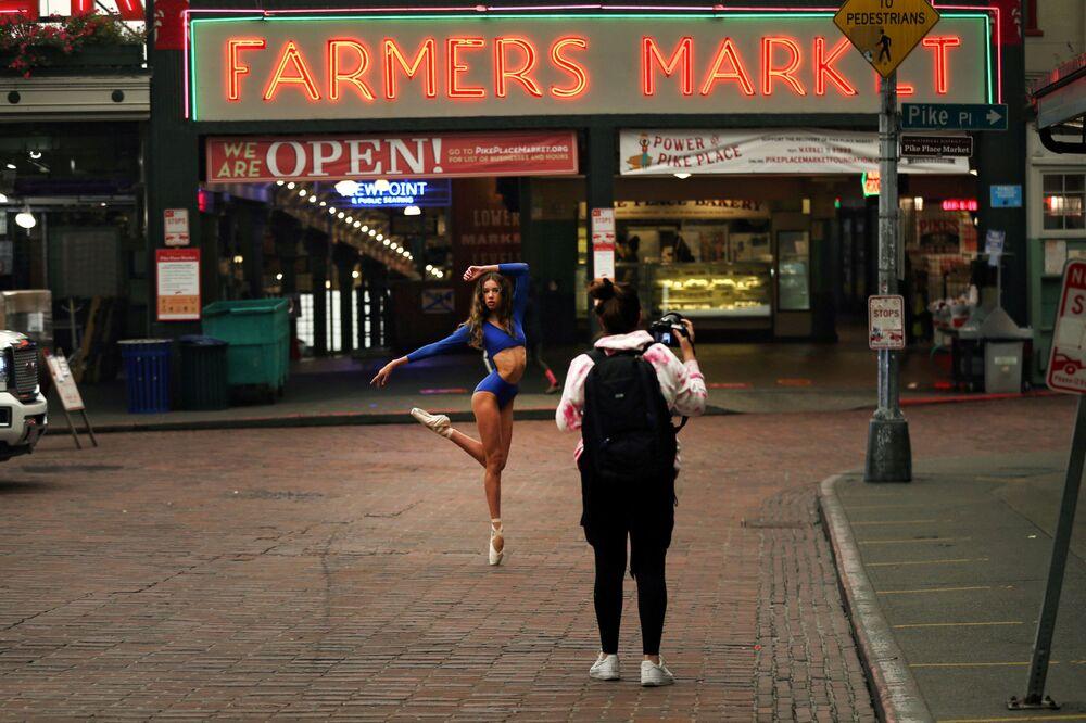 Uma dançarina posa para fotógrafo em Pike Place Market em Seattle, nos EUA