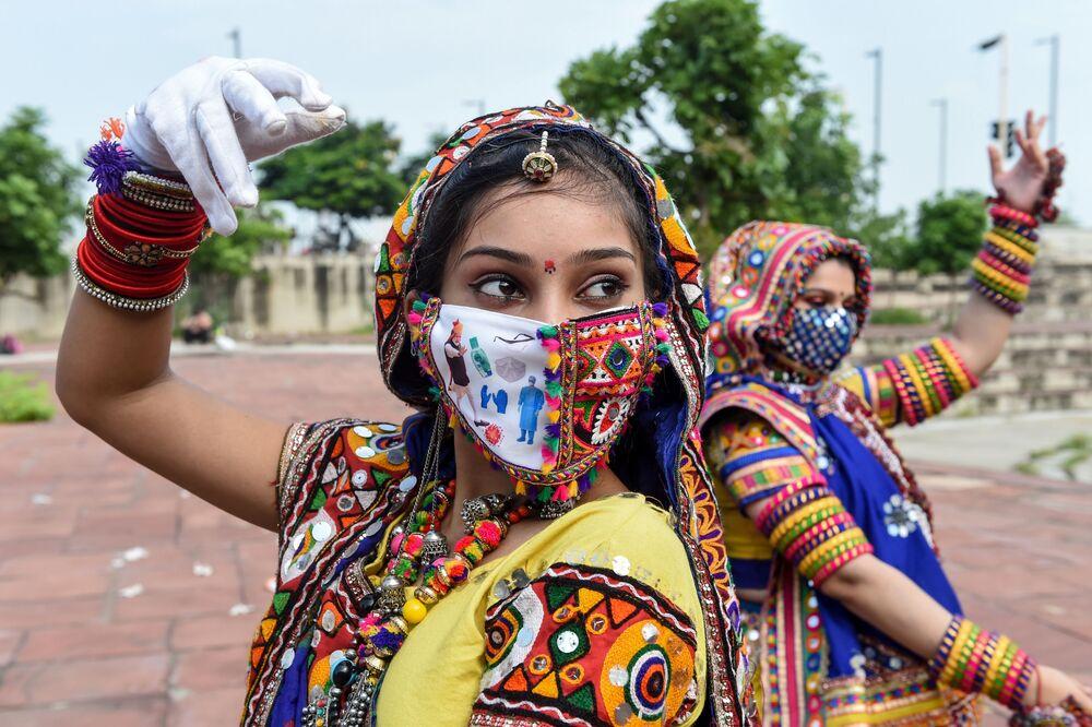 Dançarinas durante os ensaios antes do festival Navaratri em Ahmedabad, Índia