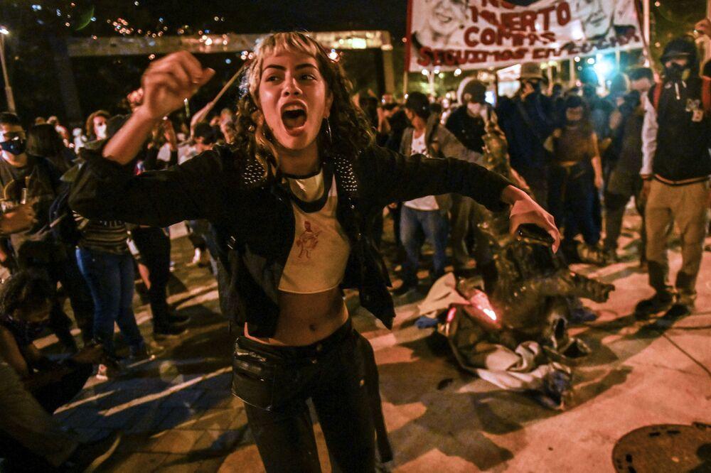 Manifestante durante uma ação de protesto contra a brutalidade policial em Medellín, Colômbia
