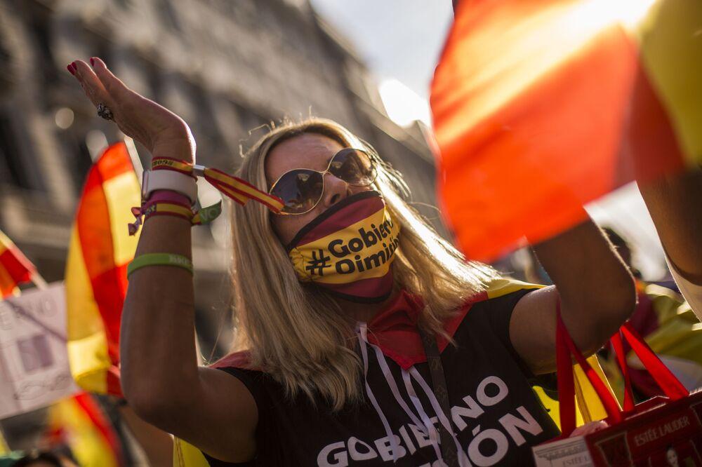 Participante em ação antigovernamental em Madri, Espanha