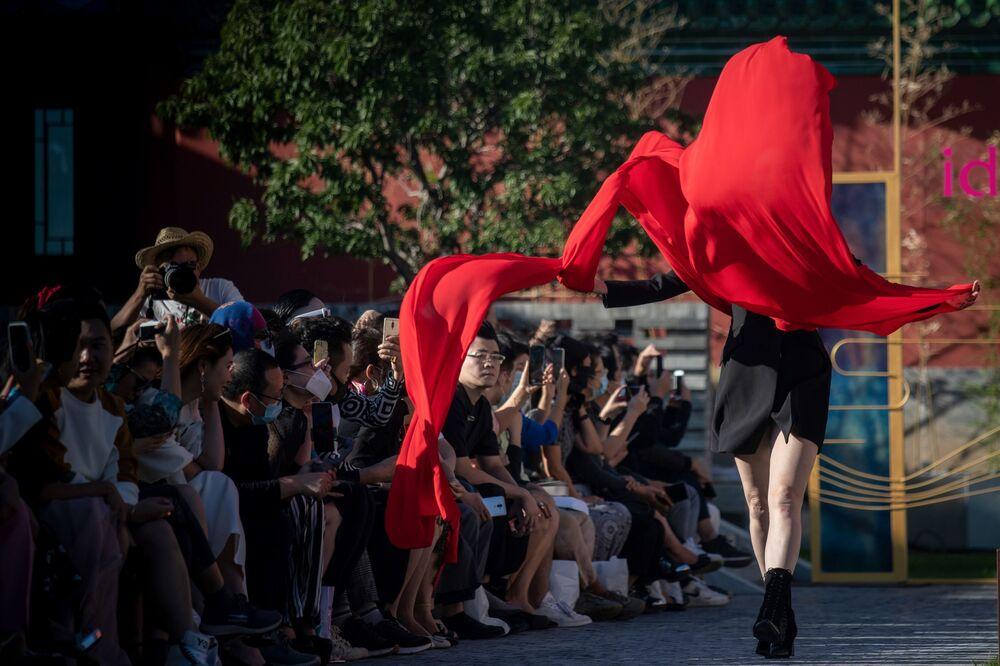 Modelo exibe uma criação da coleção idol lady2020 durante a Semana de Moda de Pequim
