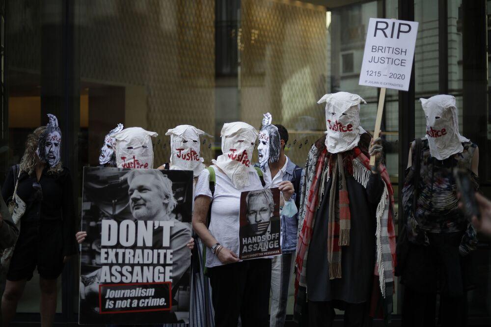 Apoiantes de Julian Assange participam de um protesto em frente ao Tribunal Criminal Central de Londres