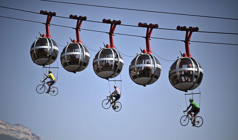 Ciclistas pendurados no teleférico de Grenoble