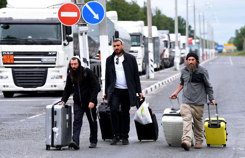 Peregrinos judeus hassídicos na faixa neutra da fronteira entre a Bielorrússia e a Ucrânia