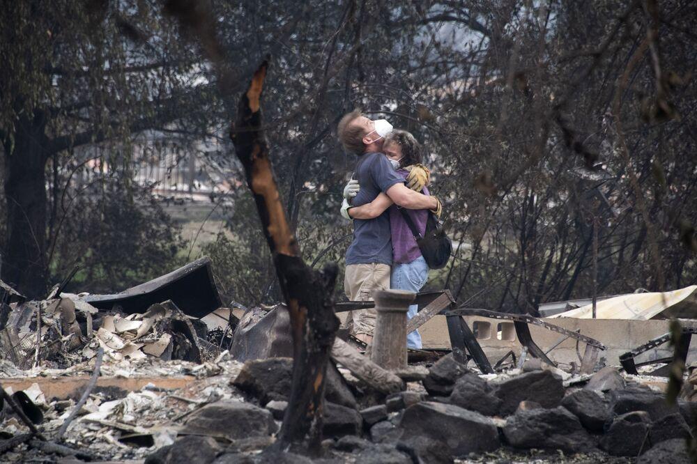 Pessoas nas ruínas de sua casa queimada no estado norte-americano de Oregon