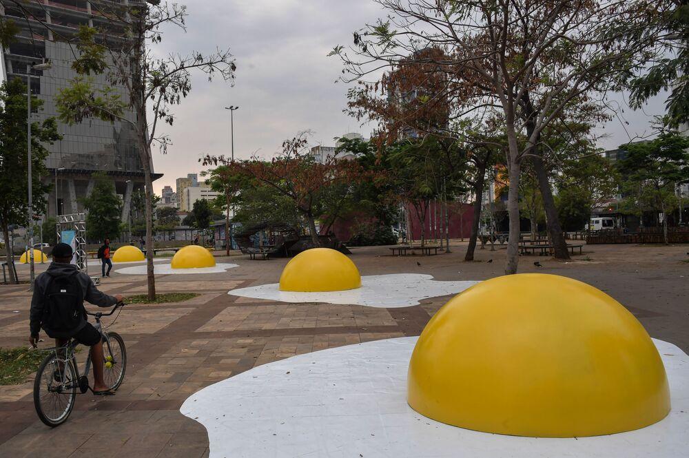 Intervenção Eggcident apresentada na 10ª edição da Virada Sustentável São Paulo pelo artista holandês Henk Hofstra e composta por ovos fritos gigantes estalados no asfalto. A obra visa chamar atenção ao problema do aquecimento global