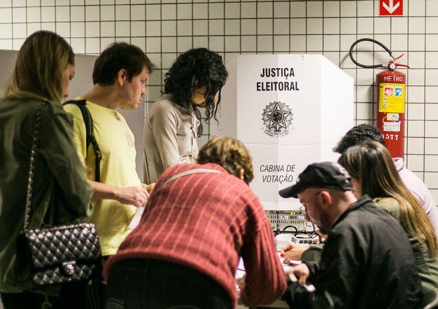 Em São Paulo, eleitores realizam voto em trânsito na estação do metrô República, em 5 de outubro de 2014.