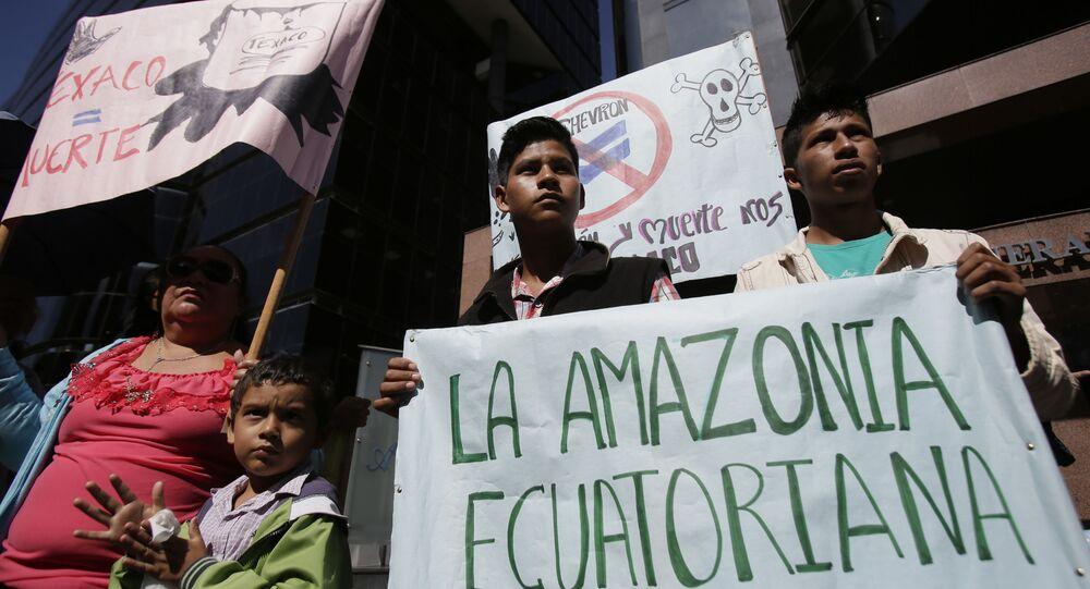 Manifestantes indígenas protestam em frente à Procuradoria-Geral da República do Equador em Quito, Equador, 26 de setembro de 2018