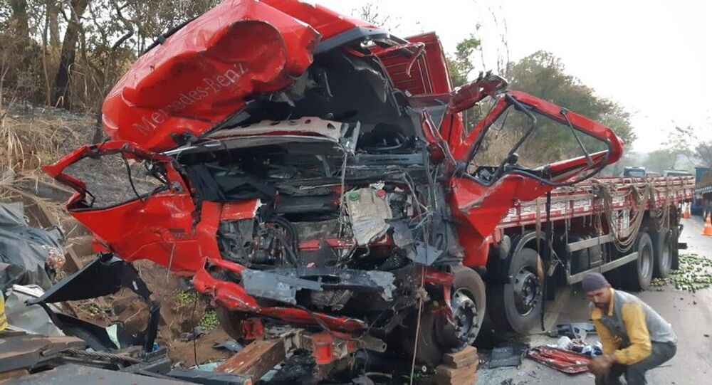Em Patos de Minas-MG, um acidente na BR-365 deixou pelo menos 12 pessoas mortas e um ferido após batida frontal entre uma van e um caminhão, na madrugada de 20 de setembro de 2020.