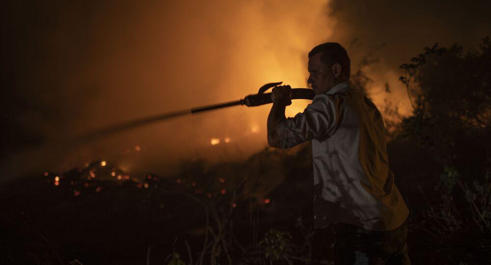 Voluntário combate chamas no Pantanal, no Mato Grosso, 13 de setembro de 2020