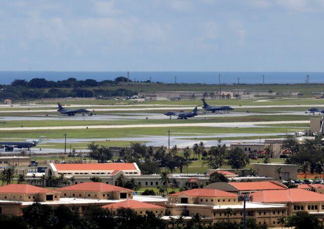 Vista de aviões militares norte-americanos estacionados na pista da Base Aérea de Andersen na ilha de Guam, um território dos EUA no Pacífico, 15 de agosto de 2017