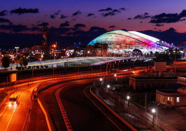 Pista de Fórmula 1 e o Estádio Fisht, no Parque Olímpico de Sochi, Rússia