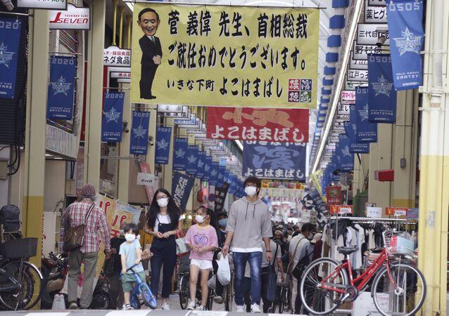 Cartaz em centro comercial em que está escrito Yoshihide Suga, parabéns por assumir o cargo de primeiro-ministro, em Yokohama, Japão, 21 de setembro de 2020