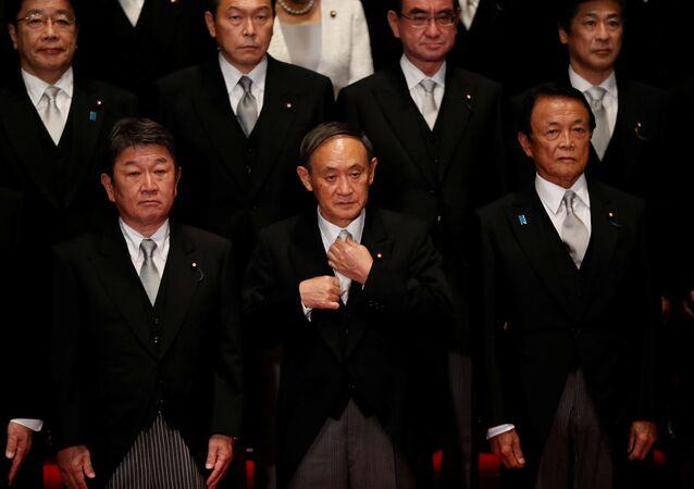 Novo primeiro-ministro do Japão, Yoshihide Suga, posa para foto com seu gabinete, em Tóquio, 16 de setembro de 2020