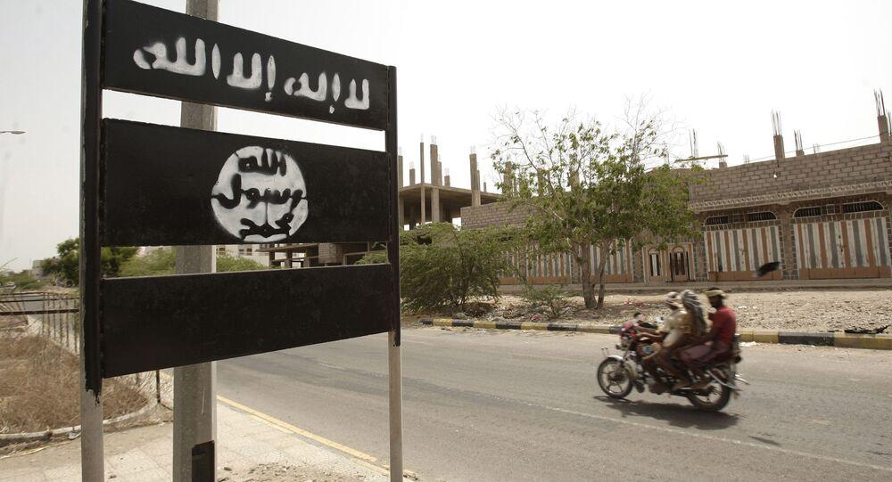 Logotipo da Al-Qaeda em uma placa na cidade de Jaar, no sul da província de Abyan, Iêmen. O árabe no logotipo diz: Não há outro deus senão Deus e Muhammad é o mensageiro de Deus, 15 de junho de 2012