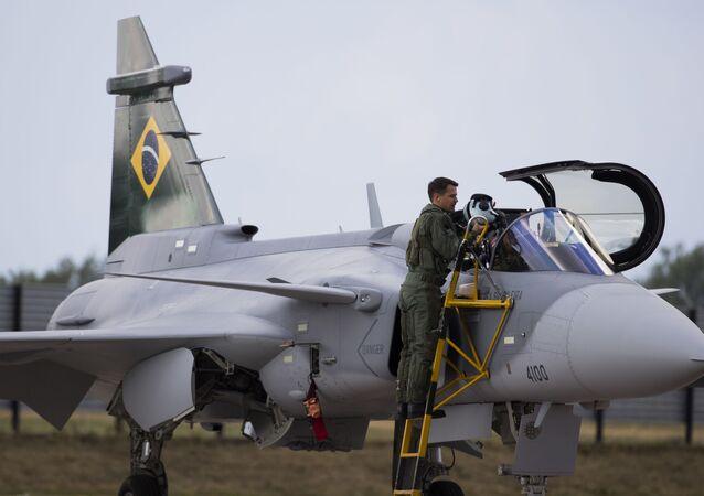 Major aviador Cristiano de Oliveira Peres, piloto de provas da Força Aérea Brasileira (FAB), se prepara para realizar, na Suécia, primeiro voo de um piloto brasileiro no novo caça F-39 Gripen E