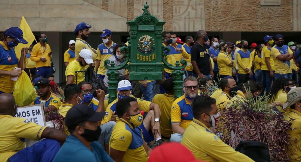 Trabalhadores dos Correios fazem manifestação em frente à sede do órgão, em Brasília, 21 de setembro de 2020