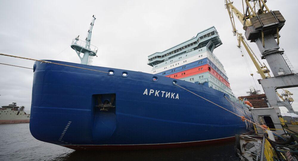 Maior quebra-gelo nuclear do mundo Arktika zarpa de São Petersburgo para testes no gelo