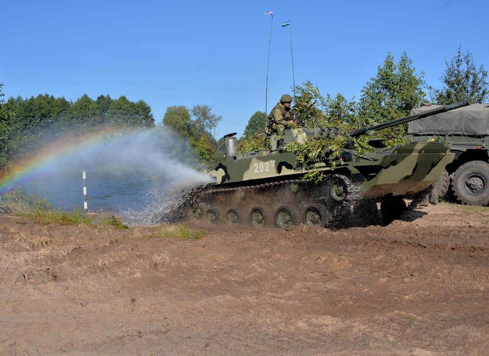 Militares das Forças Armadas da Rússia superam obstáculo aquático em rio com veículo de combate BMD-4 durante treinamentos Fraternidade Eslava 2020