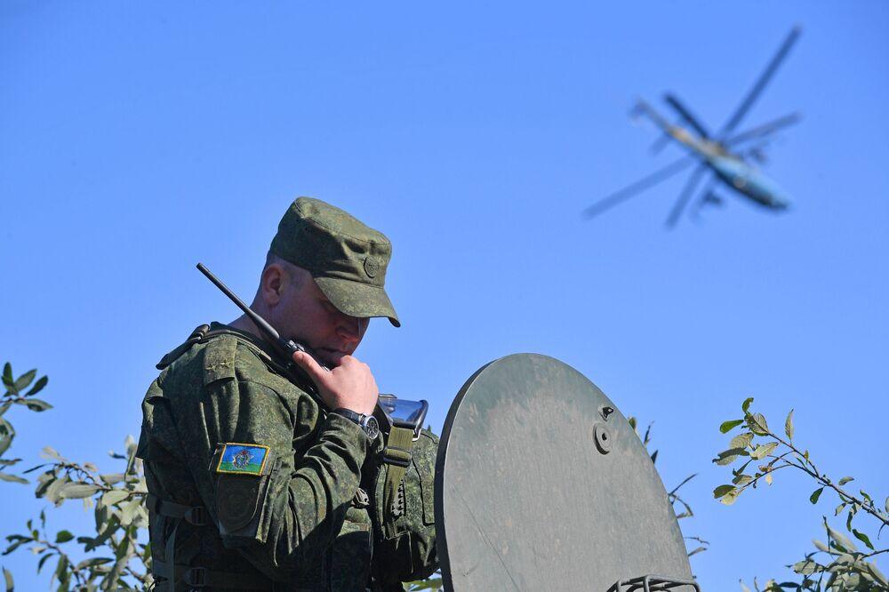 Militar durante os exercícios Fraternidade Eslava 2020
