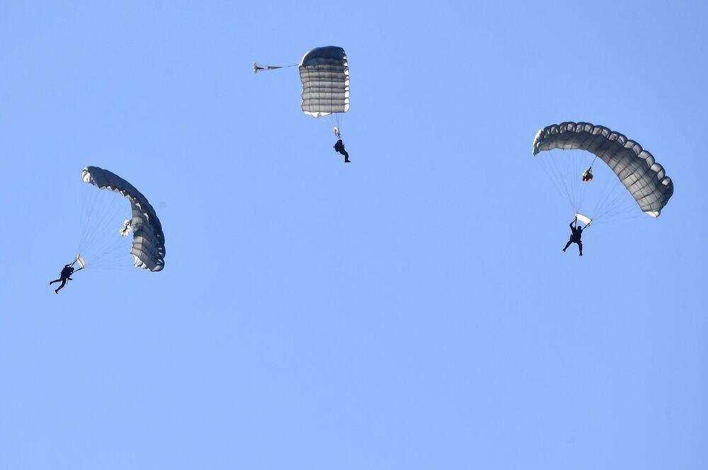 Militares durante desembarque aéreo com participação da Divisão de Pskov das Tropas Aerotransportadas russas
