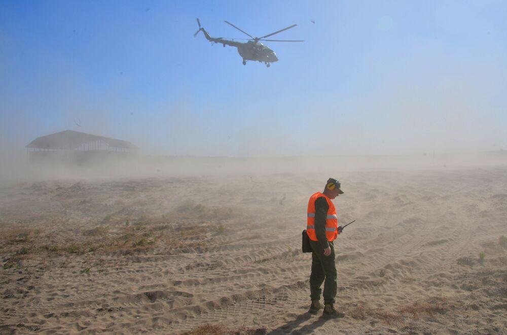 Helicóptero militar russo Mi-8 durante exercícios Fraternidade Eslava 2020