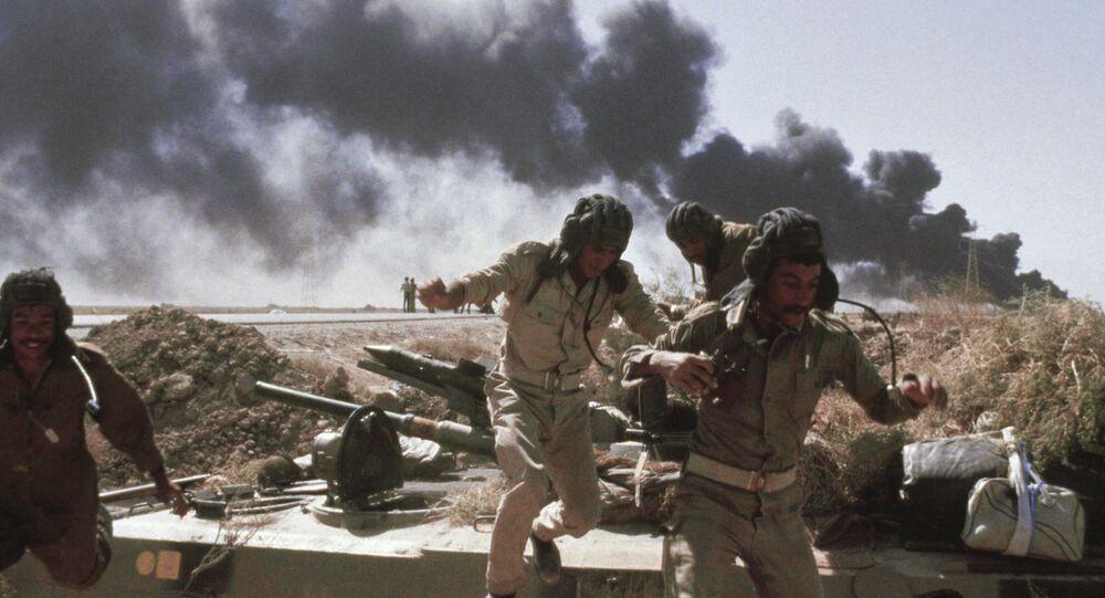 Tripulantes de tanque iraquiano durante ataque aéreo de caças, Abadan, Irã, 17 de outubro de 1980 (foto de arquivo)