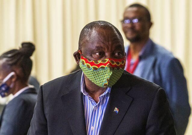 Em Joanesburgo, capital da África do Sul, o presidente sul-africano, Cyril Ramaphosa, visita um centro de tratamento da COVID-19, em 24 de abril de 2020.
