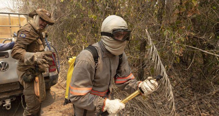 Bombeiros combatem fogo próximo à rodovia Transpantaneira, no Pantanal mato-grossense