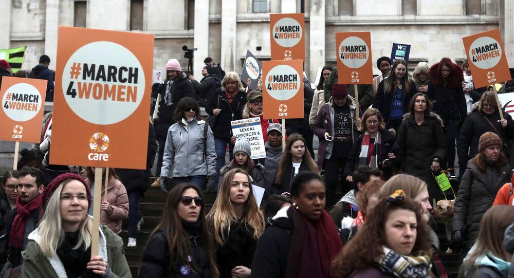 Manifestantes exibem cartazes em Londres, Inglaterra, durante protesto, em março de 2018, pedindo que assédios e abusos cometidos por misoginia sejam tratados como crimes de ódio