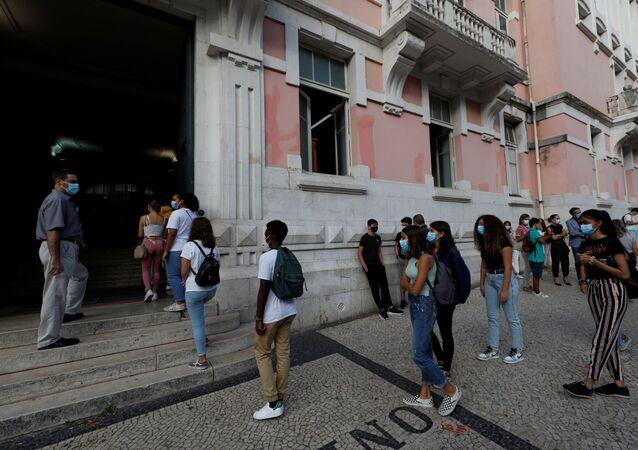 Estudantes em Lisboa aguardam para entrar na escola no primeiro dia do novo ano letivo em Portugal, em setembro de 2020