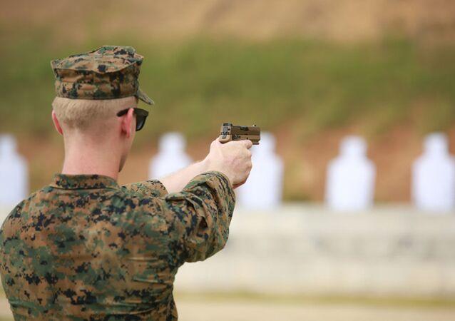 Instrutor da Marinha dos EUA dispara nova pistola SIG Sauer M18