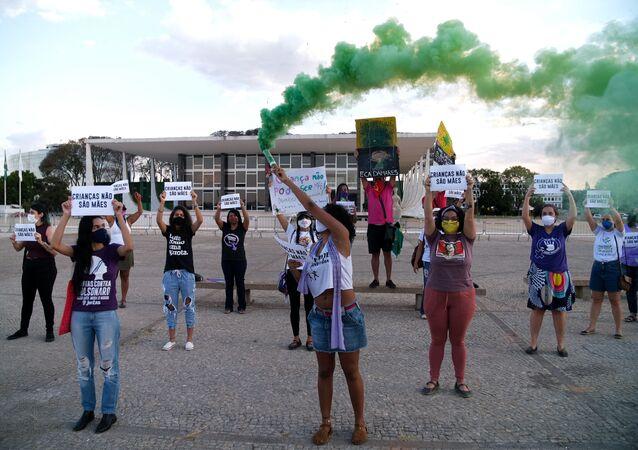 Ativistas fazem protesto em frente ao STF contra a cultura do estupro no Brasil e contra a ministra Damares Alves (Mulher, Família e Direitos Humanos), por conta de sua posição em relação ao aborto da menina de dez anos que engravidou após ser estuprada pelo tio