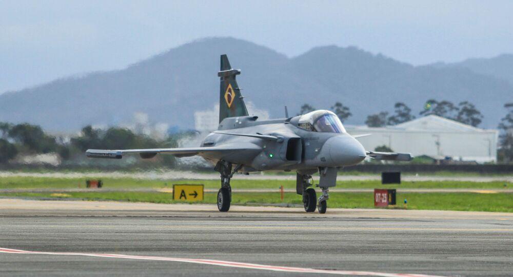 Caça Gripen da Força Aérea Brasileira (FAB) importado da Suécia passa por testes de sistema e motor no aeroporto de Navegantes, em Santa Catarina