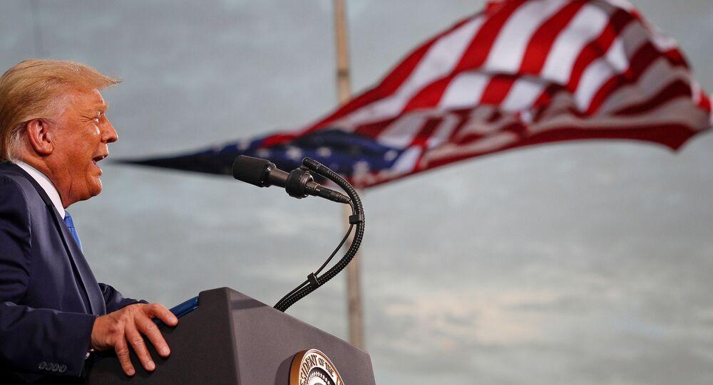 Presidente dos EUA, Donald Trump, durante comício de campanha no aeroporto Cecil, em Jacksonville, Florida (EUA), 24 de setembro de 2020