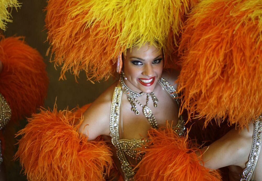 Uma dançarina do Moulin Rouge posa para fotógrafos após coletiva de imprensa no Rio de Janeiro, 20 de fevereiro de 2009