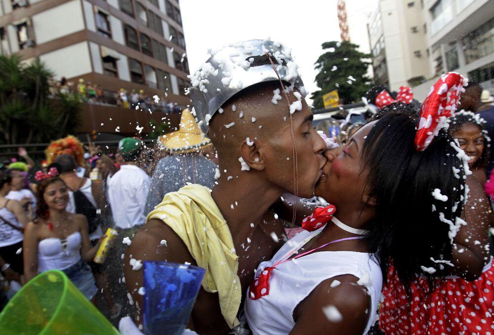 Turistas se beijam durante Bloco Banda de Ipanema no Rio de Janeiro, 1º de março de 2014