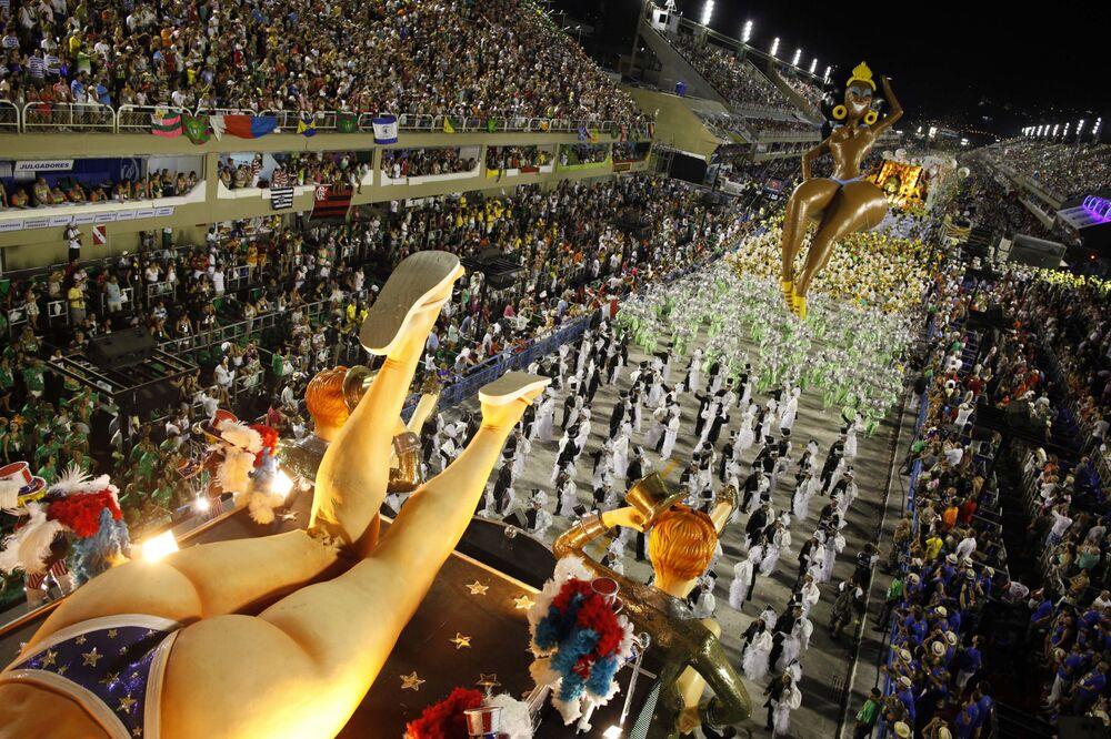 Sambistas da escola de samba São Clemente no Carnaval do Rio de Janeiro, 20 de fevereiro de 2012