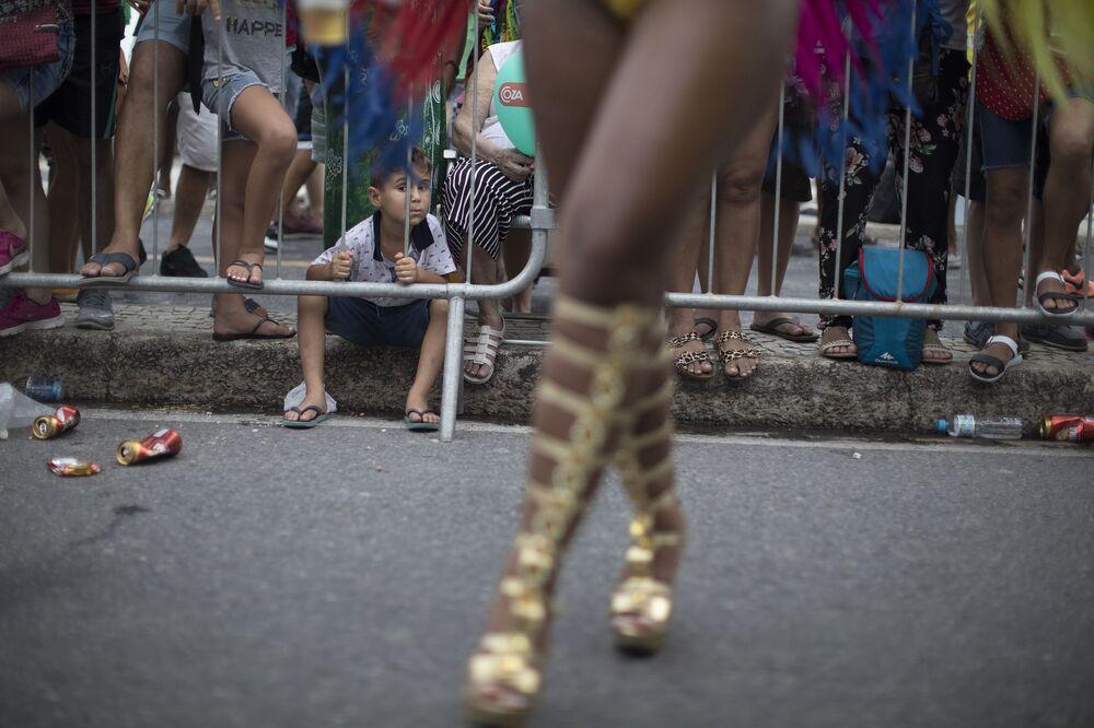 Criança assiste a desfile do Carnaval no Rio de Janeiro, 2018