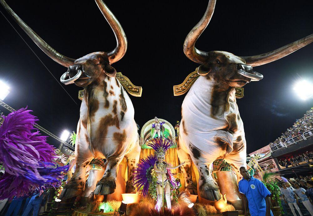 Sambistas da escola de samba Vila Isabel no Carnaval do Rio de Janeiro, 24 de fevereiro de 2020