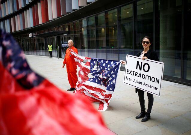 Apoiadores de Julian Assange, fundador do WikiLeaks, protestam em frente ao Old Bailey, a Corte Criminal Central de Inglaterra e Países Gales, antes de uma audiência para decidir se Assange deve ser extraditado para os Estados Unidos, em Londres, Reino Unido, 9 de setembro de 2020